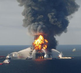 Sunk oil rig sparks fears of environmental crisis - Channel 4 News